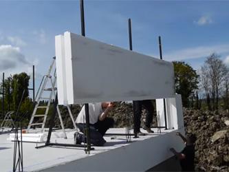 Un constructeur de maisons mise sur le polystyrène
