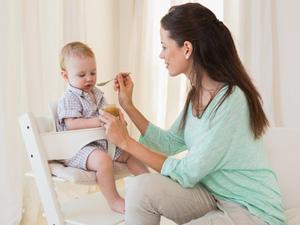 Bien choisir la chaise haute de votre bébé