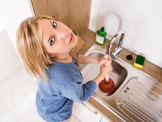 5 astuces pour déboucher un évier rapidement