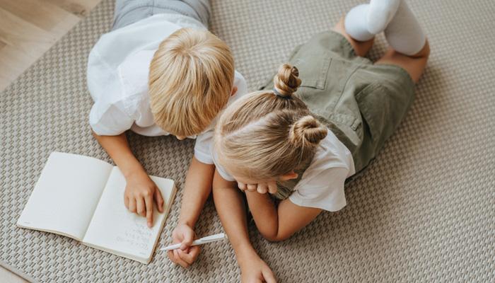 enfants sur tapis