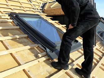 La délicate installation d'une fenêtre de toit