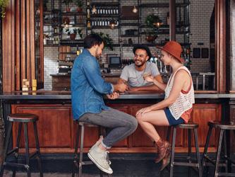 Un bar dans le salon : bien aménager son petit comptoir