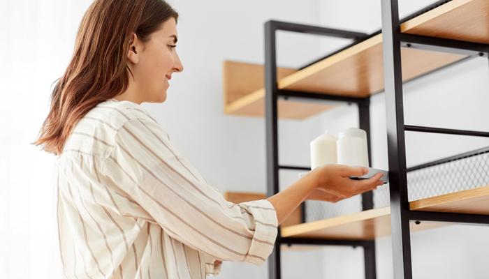 femme décorant son salon