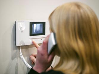Le portier vidéo garde l'entrée de votre maison